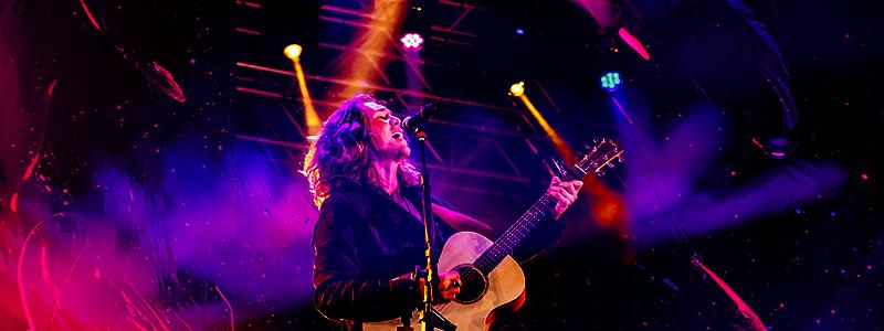 concert guitariste chanteur scène